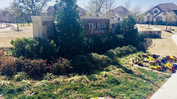 Hills_of_Crown_Ridge_Frisco_entrance_sign_flowers
