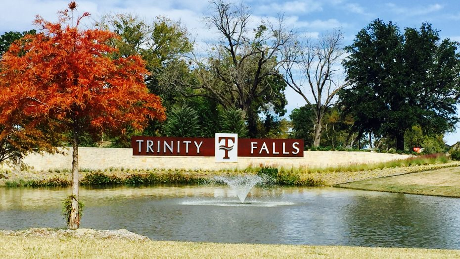 Trinity_Falls_sign_fountain